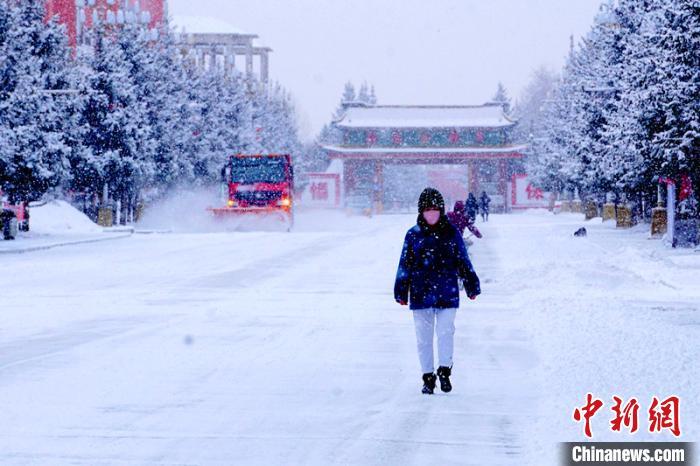 行人在雪中穿行。 王景阳 摄