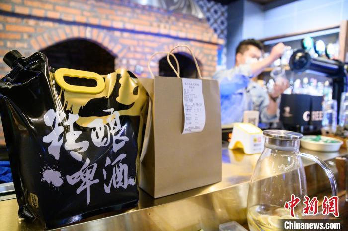 餐吧的店长毛李重阳在接受记者采访时正在打包一份外卖。 李南轩 摄