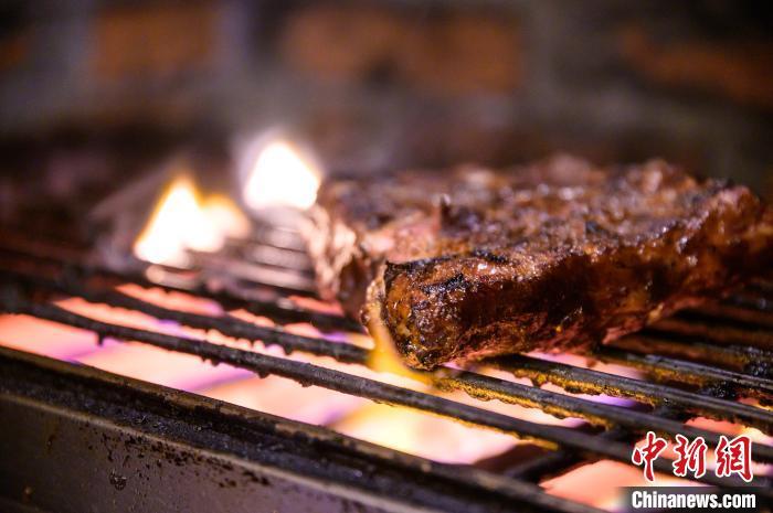 """徐昕选择的外卖是福州一家名为""""兔子洞""""的美式烤肉餐吧。 李南轩 摄"""