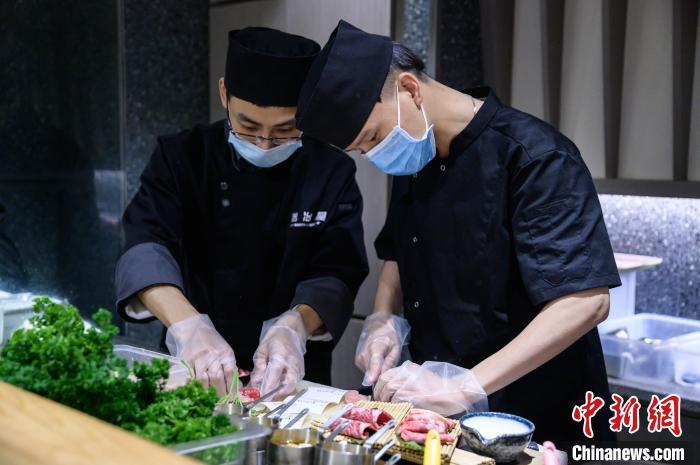 岩冶屋日式烤肉店的员工正在处理食材。 李南轩 摄