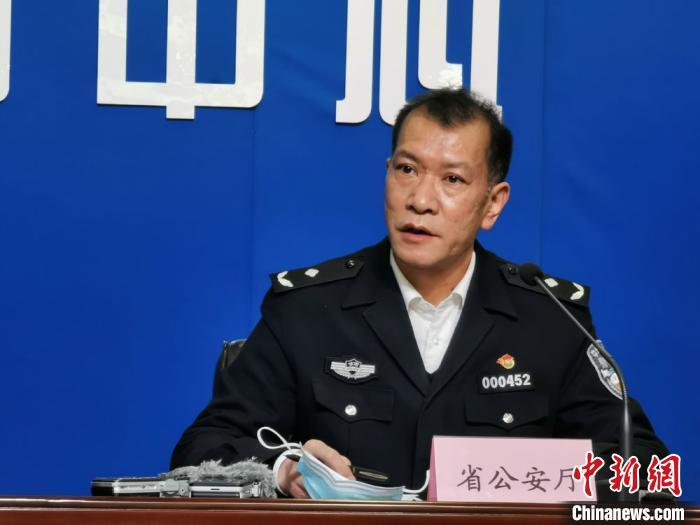 图为甘肃省公安厅交警总队事故处理处处长张建国发言。 崔琳 摄