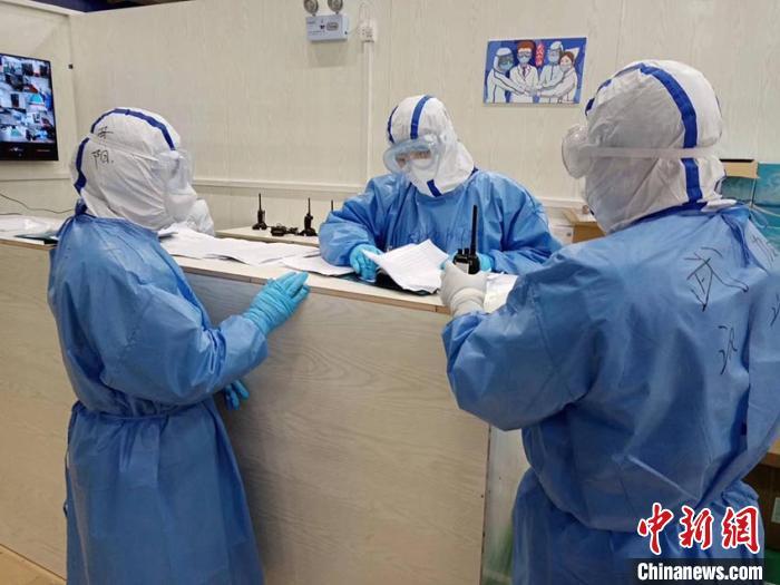 赵阳(中) 吉林市中心医院供图 摄
