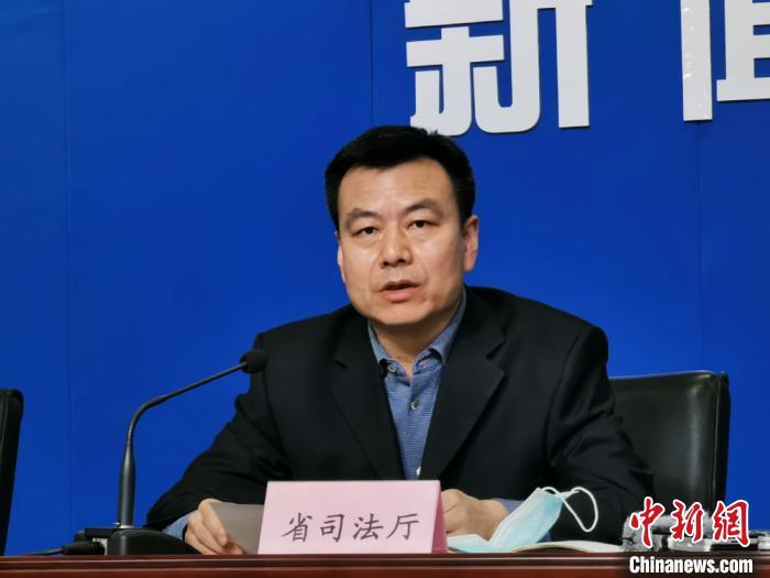 图为甘肃省司法厅公共法律服务管理处副处长李天鸿讲话。 崔琳 摄