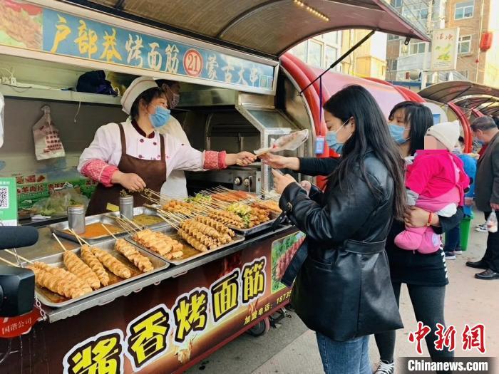 24日,潞州区延南街道淮海小吃街等小吃聚集地已恢复了往日的热闹。 任静  摄