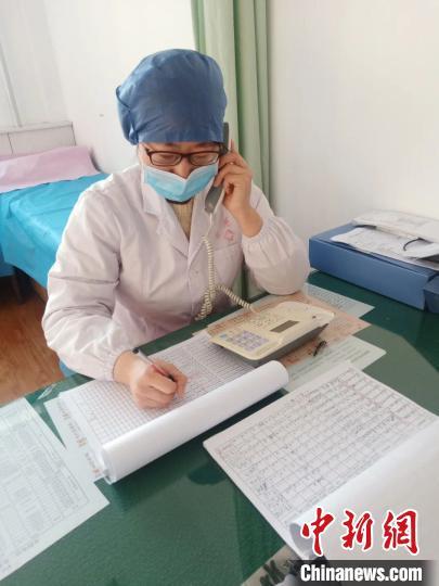 疫情防控期间,家庭医生每天都会跟居民打电话,询问他们的情况。 申娜 摄