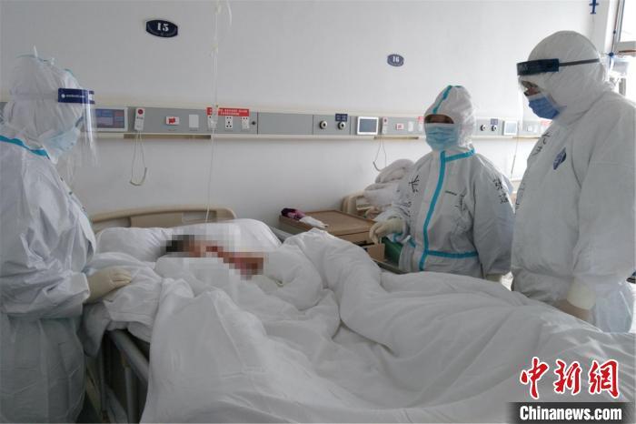 图为医疗队员护理患者。南昌大学第二附属医院供图