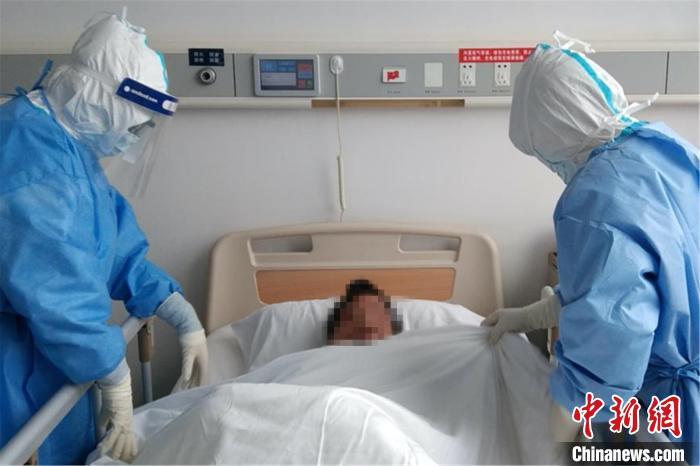 图为医疗队员进行护理查房,进一步掌握和了解患者情况。南昌大学第二附属医院供图